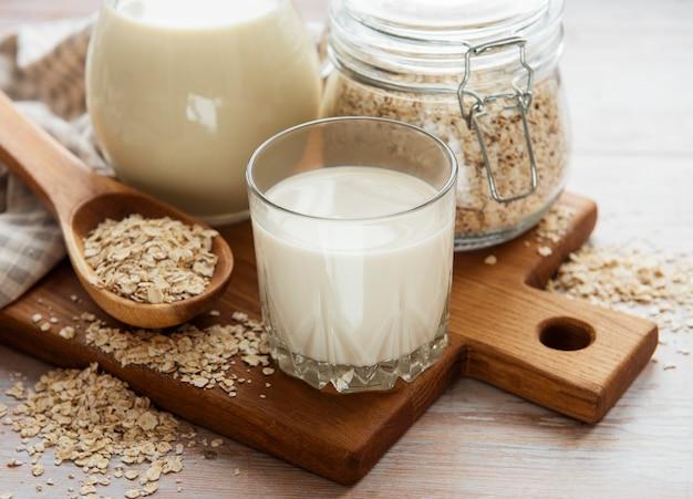 Veganistische niet-zuivel alternatieve melk. havervlokken melk