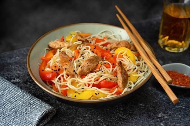 Veganistische noedels met sojavlees en groenten