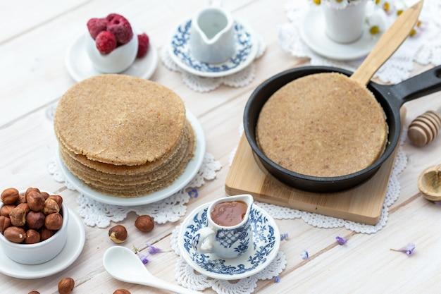 Veganistische pannenkoeken in een esthetische tafel