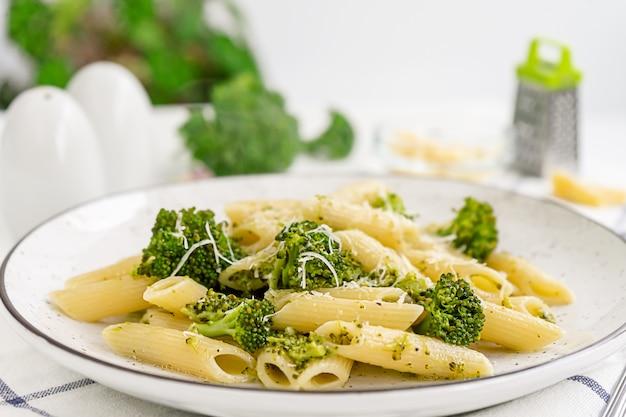 Veganistische pasta met broccoli.