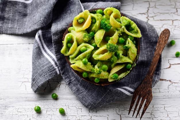 Veganistische pasta met groene saus