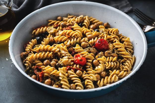 Veganistische pasta met groenten en kikkererwten