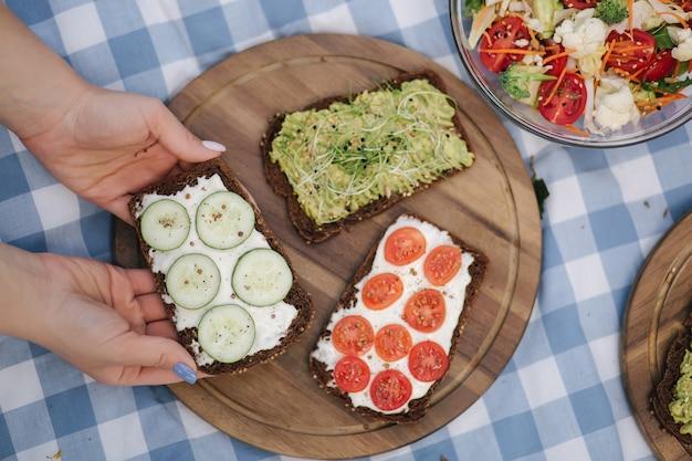 Veganistische picknick buiten op blauw geruit tafelkleed