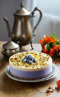 Veganistische rauwe cheesecake met bosbessen