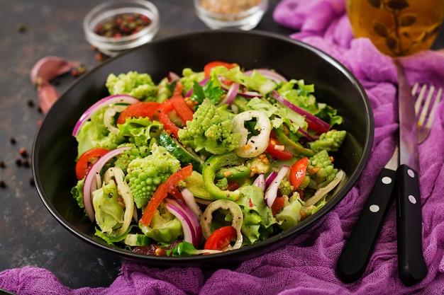 Veganistische salade van verse groenten en romanesko van kool