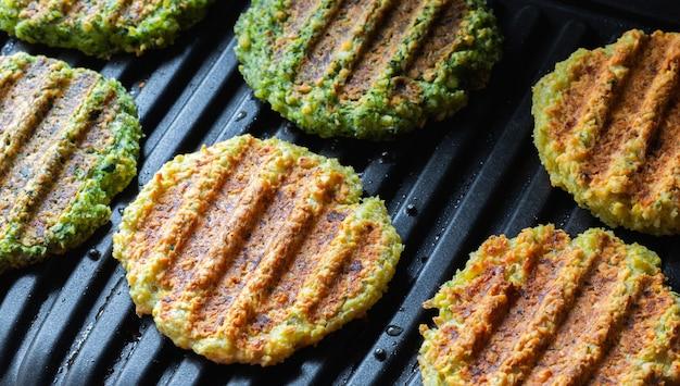Veganistische schnitzels. vegetarische kikkererwtenkoteletten met spinazie voor een dieetburger.