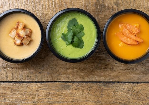 Veganistische soepen voor gezondheid, kant-en-klaarmaaltijd om te eten in lunchdozen, close-up.