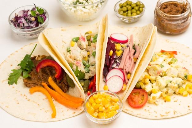 Veganistische tortilla wraps met vegetarische salade
