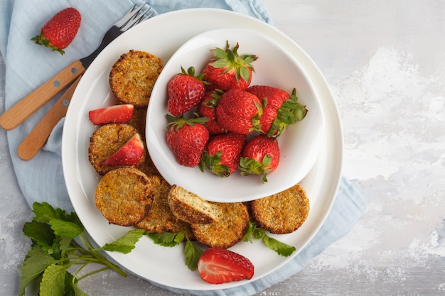 Veganistische zoete tofu beignets met aardbeien, bovenaanzicht. gezond veganistisch eten concept.