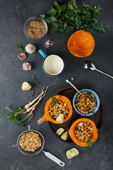Vegetarisch eten. hokkaido pompoen. pompoen met kikkererwten. kookproces