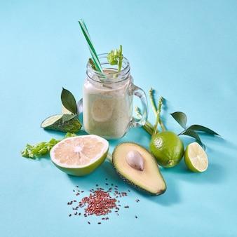 Vegetarisch eten van groene biologische groenten en fruit op een papieren muur. concept van natuurlijk biologisch vegetarisch voedsel. plat leggen.