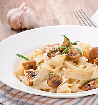 Vegetarisch gerecht met tagliatelle en champignons