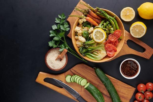 Vegetarische boeddha schaal met verse groentesalade en kikkererwten.