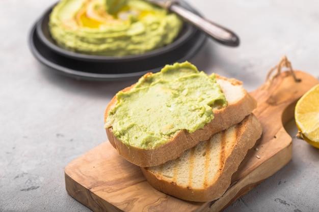 Vegetarische broodjes gemaakt met brood en avocado en kikkererwtenhummus