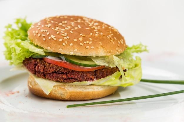 Vegetarische burger met groenten en kotelet