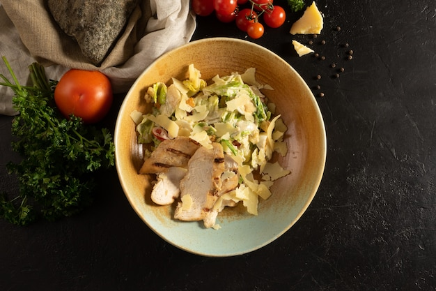 Vegetarische caesarsalade met kipfilet, parmezaanse kaas en knapperige tarwecroutons.