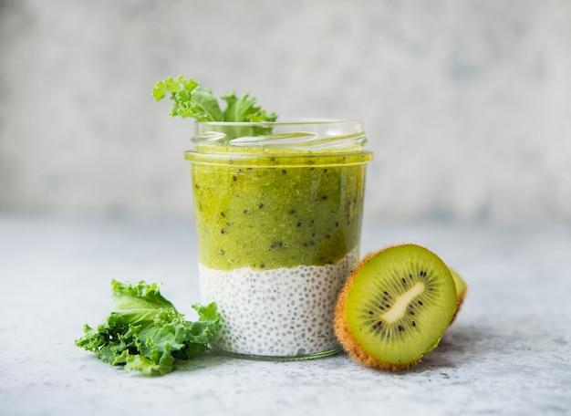 Vegetarische chia pudding in een pot met kokosmelk en kiwi, selectieve focus, puur rauw voedsel, kopieer ruimte