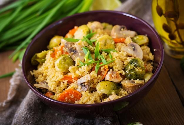 Vegetarische couscous salade met spruitjes, champignons, wortelen en kruiden