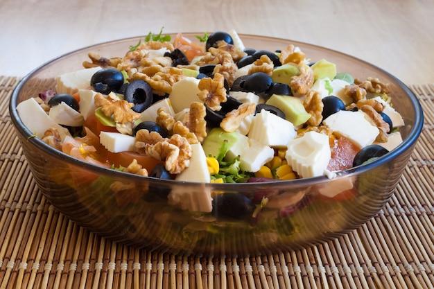 Vegetarische en gezonde salade met walnoten, zwarte olijven en kaas