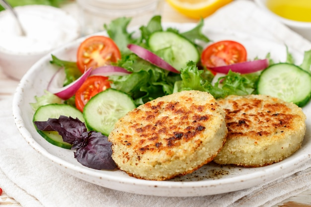 Vegetarische gezonde groentekoteletten van kool, aardappelen, courgette, uien en greens
