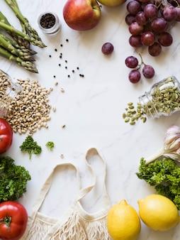 Vegetarische maaltijd van de markt in een milieuvriendelijk pakket. bovenaanzicht plat leggen. kopieer ruimte