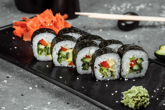 Vegetarische maki sushi - roll gemaakt van tomaat, komkommer, paprika, saladeblad en japanse mayonaise.