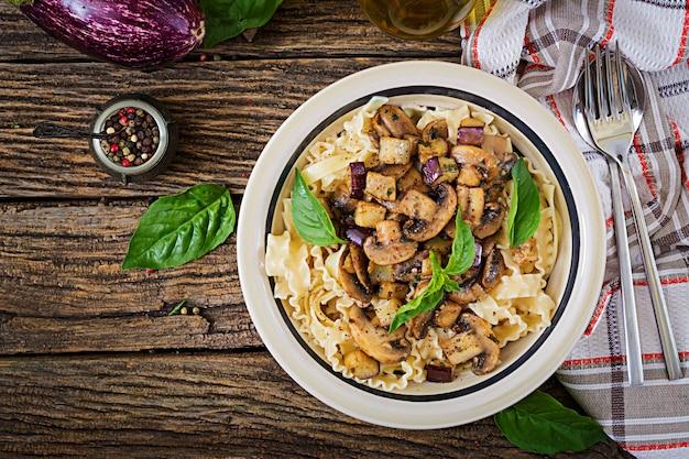 Vegetarische pasta met champignons en aubergines, aubergines.