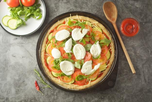Vegetarische pizza. kookproces van plantaardige zelfgemaakte pizza.