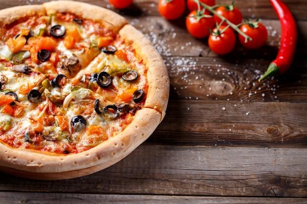 Vegetarische pizza met champignons en olijven