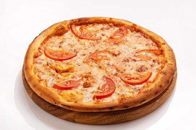 Vegetarische pizza met kaas en tomaat geïsoleerd op een witte ondergrond.