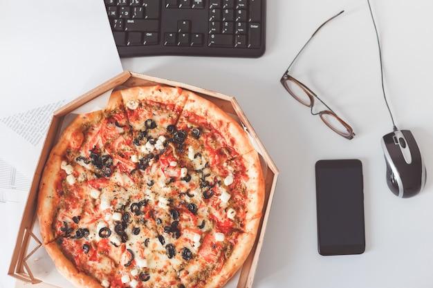 Vegetarische pizza op kantoor tafel