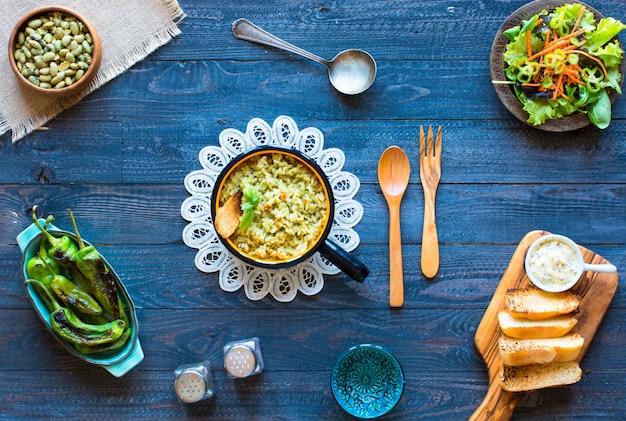 Vegetarische risotto met verschillende groenten, op houten rustieke tafel,