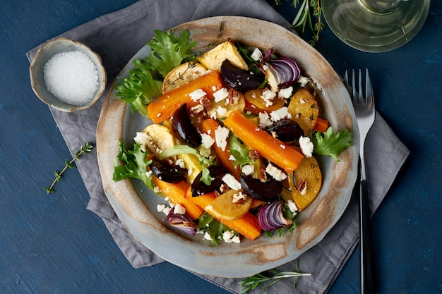Vegetarische salade schapenkaas, gebakken geroosterde groenten,