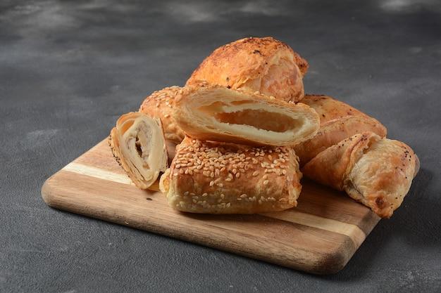 Vegetarische samosa's gebak gevuld met aardappel, champignons, tonijn. voedselsamsa uit het midden-oosten