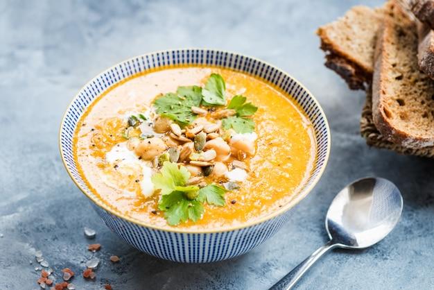 Vegetarische soep van wortelen, tomaten, brocolli en kikkererwten