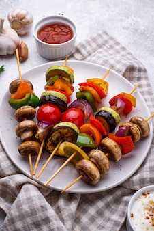 Vegetarische spiesjes met verschillende gegrilde groenten