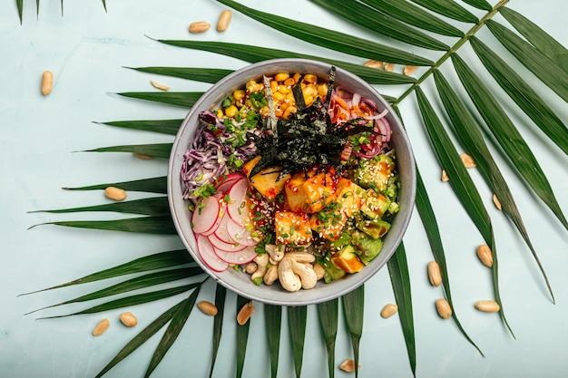 Vegetarische tofu poke bowl met rijst en groenten