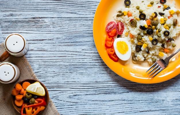 Vegetarische verse salade met witte rijst op houten tafel