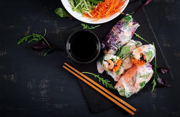 Vegetarische vietnamese loempia's met pittige garnalen, garnalen, wortel, komkommer, rode kool en rijstnoedel.