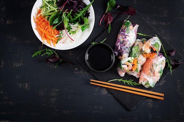 Vegetarische vietnamese loempia's met pittige garnalen, garnalen, wortel, komkommer, rode kool en rijstnoedels.