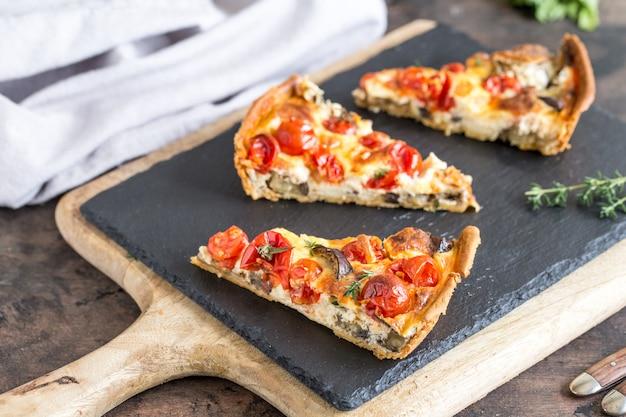 Vegetarische zelfgemaakte taart, quiche met cherrytomaatjes, aubergine en fetakaas