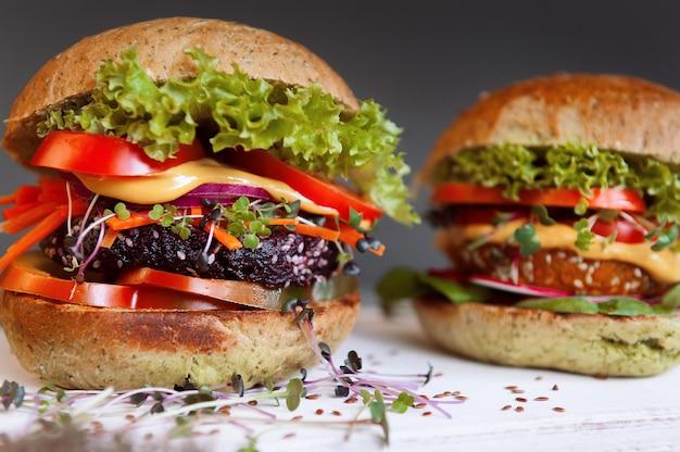Veggie hamburger op een zwarte houten achtergrond