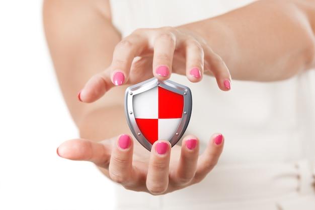 Veilig concept. twee vrouwenhanden die beschermend schild op een witte achtergrond houden.