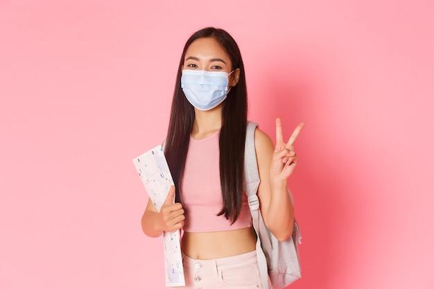 Veilig toerisme reizen tijdens de pandemie van het coronavirus en het voorkomen van een virusconcept gelukkig aziatisch meisje tr...