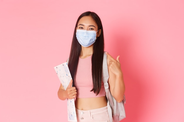 Veilig toerisme reizen tijdens de pandemie van het coronavirus en het voorkomen van een virusconcept portret van lachende...