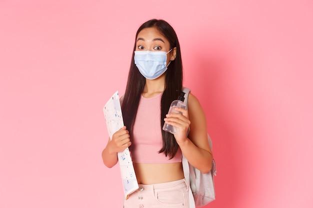 Veilig toerisme reizen tijdens de pandemie van het coronavirus en het voorkomen van een virusconcept, schattig aziatisch meisje...