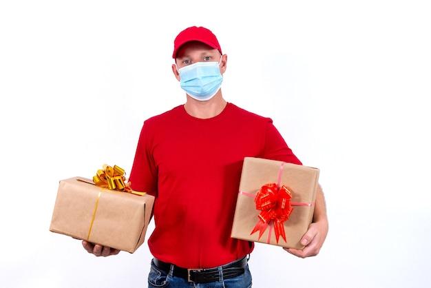Veilige, contactloze bezorging van vakantiegeschenken op afstand tijdens een coronaviruspandemie.