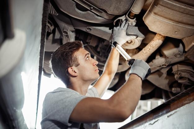 Veiligheid voorop: een automonteur voert een gedetailleerd onderzoek uit.