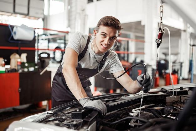 Veiligheid voorop: een jonge maar gediplomeerde automonteur doet een uitgebreid onderzoek.