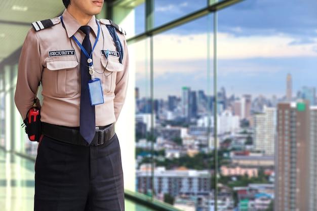 Veiligheidsagent op modern kantoorgebouw